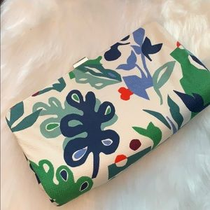🆕 Nine West Clutch 🌸 White w Flower Pattern